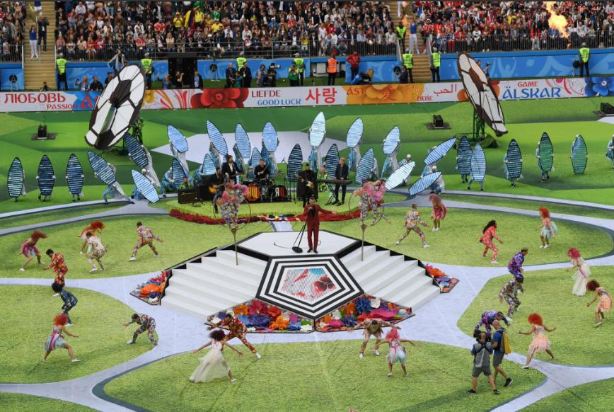 Robbie Williams, na cerimônia de abertura da Copa do Mundo 2018. Foto: Reprodução/Twitter. (@fifaworldcup_pt)