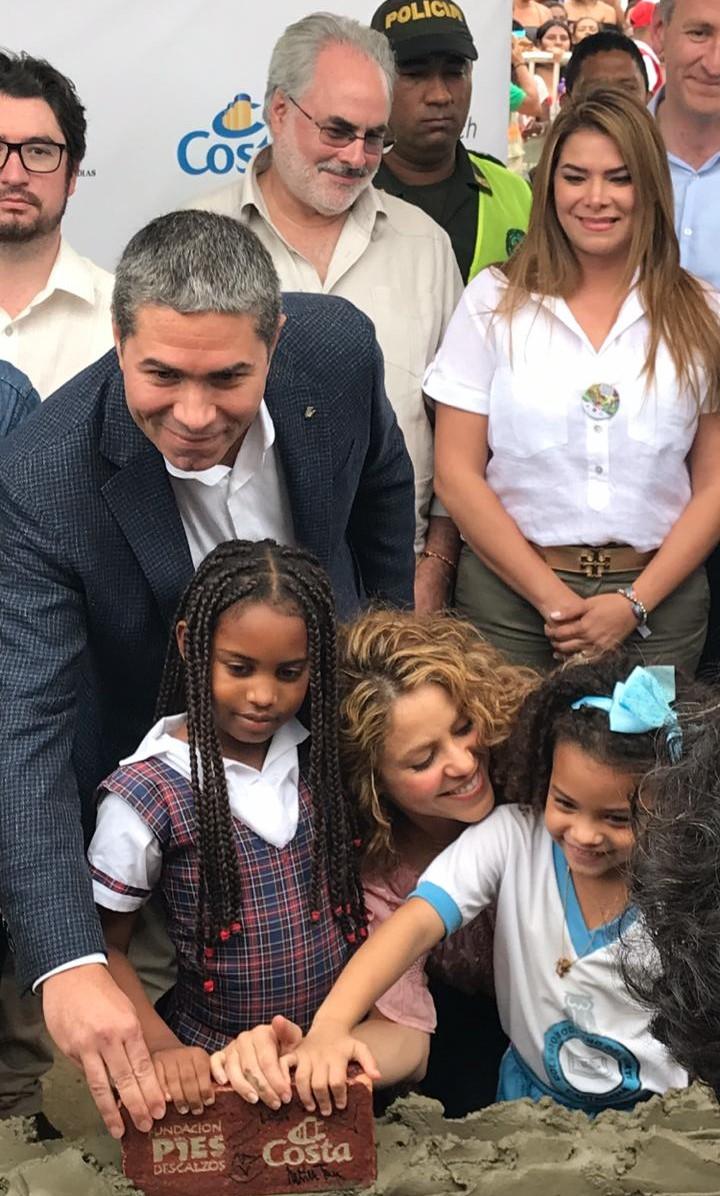 Dario, Shakira e crianças da comunidade. Foto: Divulgação